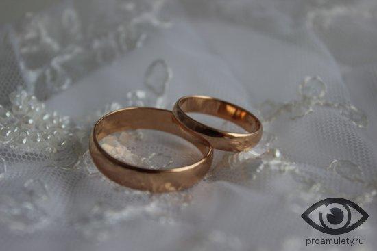obruchalnye-kolca-na-svadebnom-kruzheve