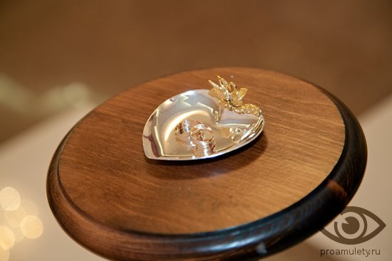 obruchalnye-kolca-na-svadebnom-podnose-derevjannyj-stol-podstavka