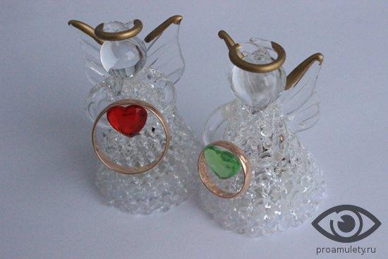 stekljannye-angelochki-i-zolotye-obruchalnye-kolca