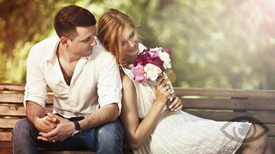 vljubljonnye-v-parke-na-skamejke-devushka-cvety