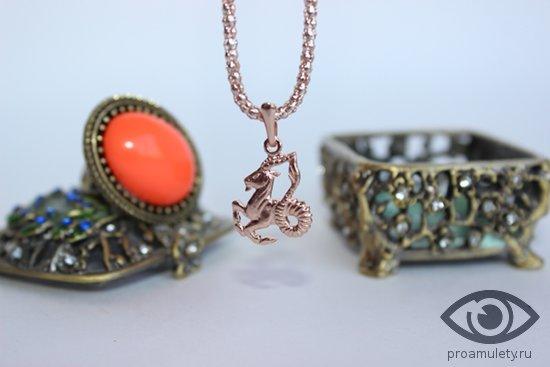 bronzovaya-shkatulka-kolco-s-agatom-zolotoj-kulon-kozerog