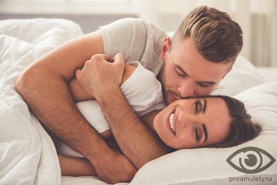 vlyublyonnaya-para-lezhit-v-posteli