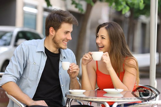 vlyublyonnaya-para-pyot-kofe