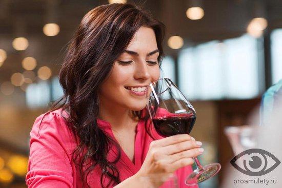 devushka-pyot-iz-bokala-krasnoe-stolovoe-vino