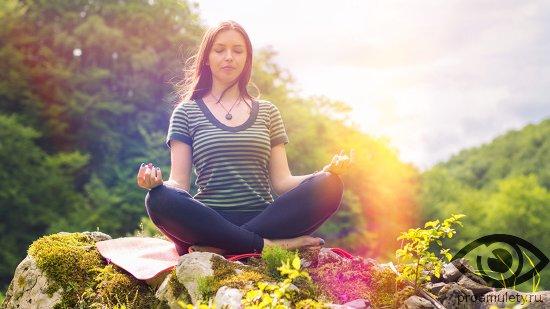 devushka-meditiruet